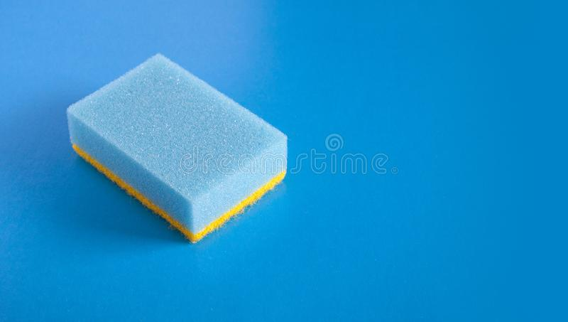 Spugna blu su fondo blu fotografia stock