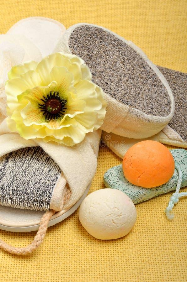 Spugne naturali del bagno, pantofole del bagno, pomice, bombe del bagno, sale fotografie stock