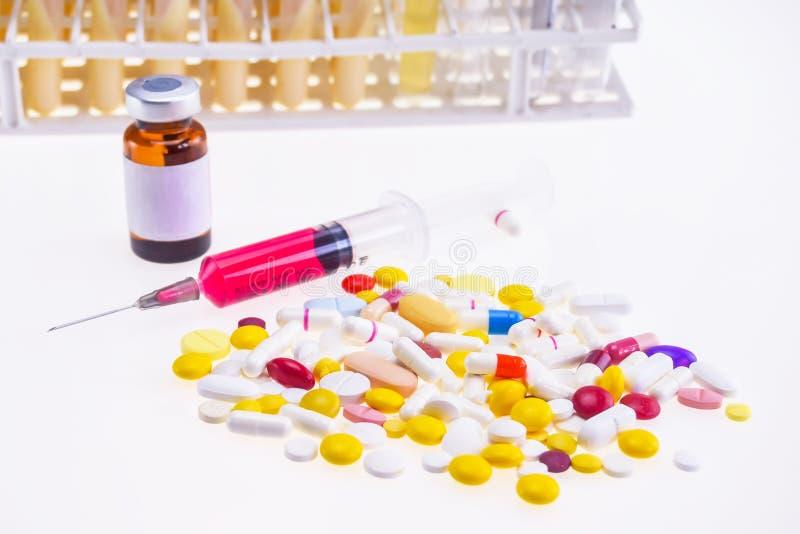 Spuit, apotheek en flesje (Vaccin, drugs, medicijn, vloeistof) vector illustratie