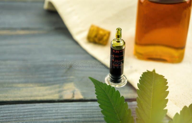 Spuitfles de volledige olie van de spectrumcannabis op houten lijst royalty-vrije stock afbeeldingen