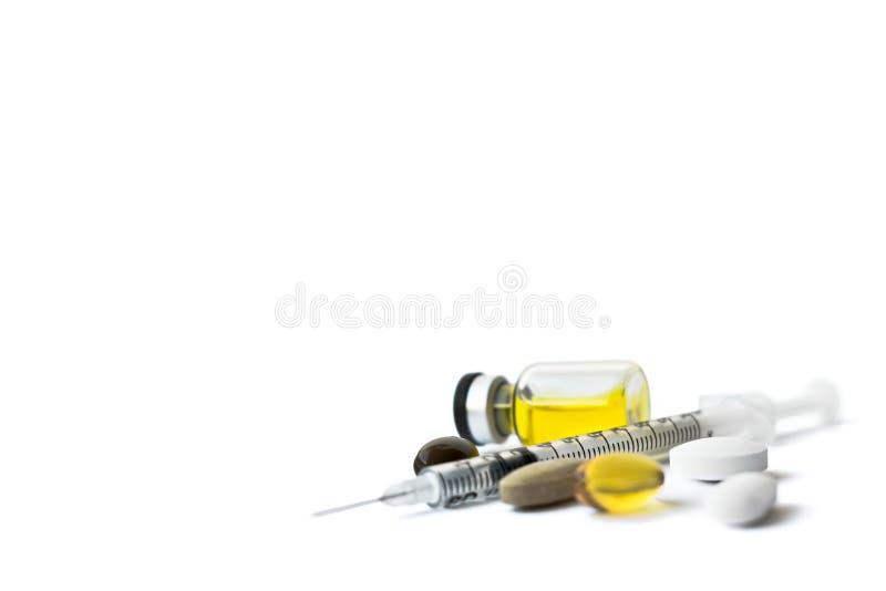Spuitnaald, gele vloeistof in ampul, geschikte samenvatting op wit Gezondheid, behandeling, keus, gezond levensstijlconcept stock foto's