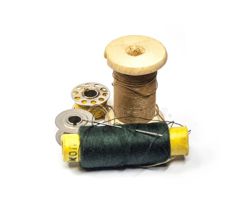 Spule des Threads, der Spulen und der Nadel stockfotos