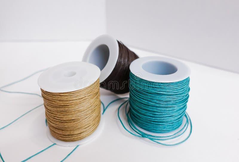 Spulen des Threads auf wei?em Hintergrund lizenzfreies stockfoto