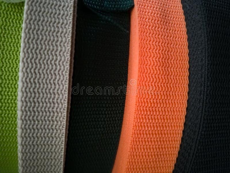 Spulen mit B?ndern von verschiedenen Farben f?r N?harbeit lizenzfreies stockfoto