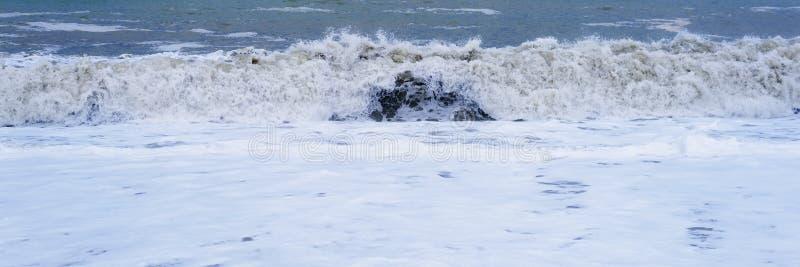 Spuma dell'onda del mare Il bello blu ondeggia con molto mare immagini stock libere da diritti
