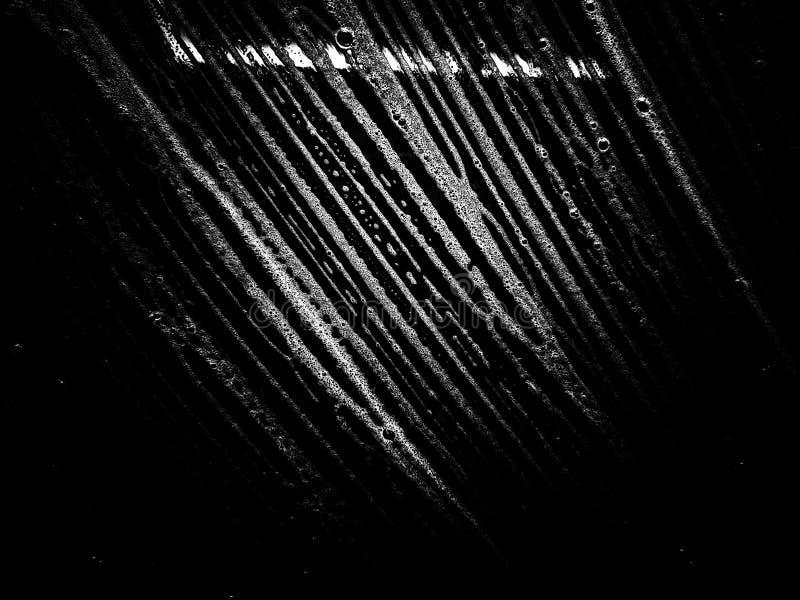 Spumano le bolle di sapone bianche di struttura sui precedenti astratti dell'acqua immagine stock libera da diritti