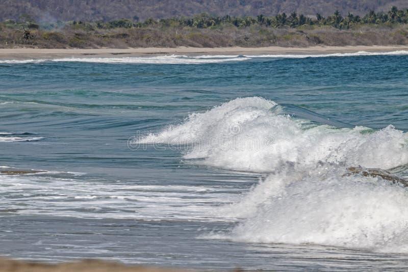 Spume golven die naar het Mexicaanse vreedzame oceaanstrand gaan stock fotografie