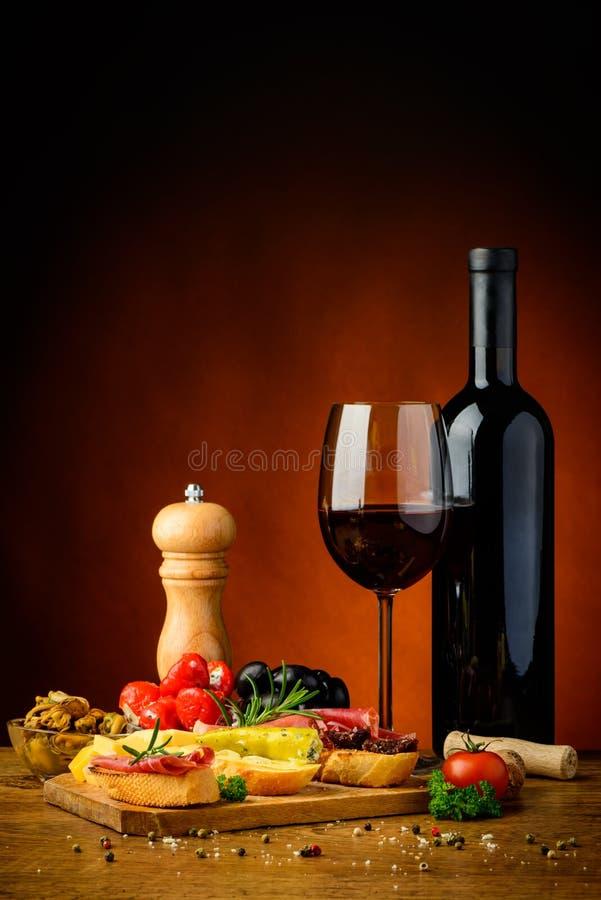 Spuntini dei Tapas e vino rosso fotografie stock libere da diritti
