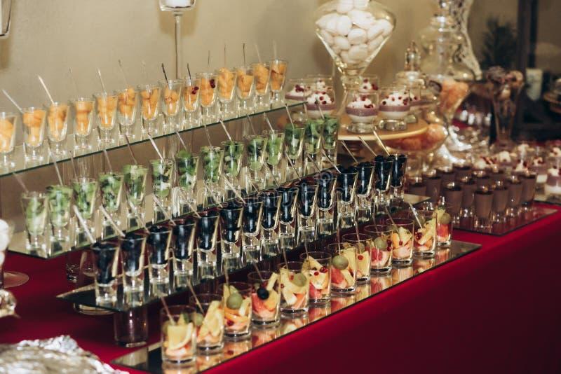 Spuntini deliziosi e sani alla tavola del partito di cena in restau di lusso fotografie stock