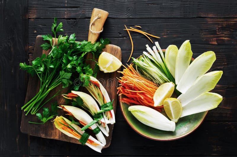 Spuntini di verdure del rotolo di vista di legno scura di verdure del piano d'appoggio immagine stock