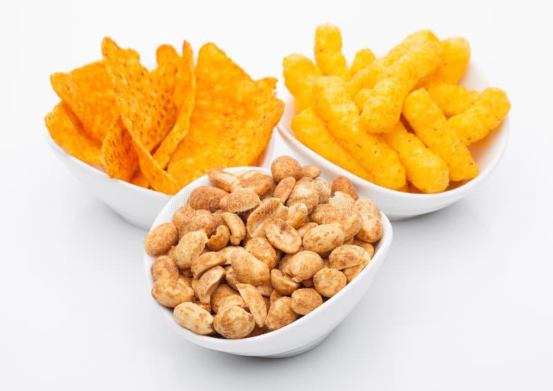 Spuntini e nacho del cereale del formaggio con le arachidi salate fotografia stock