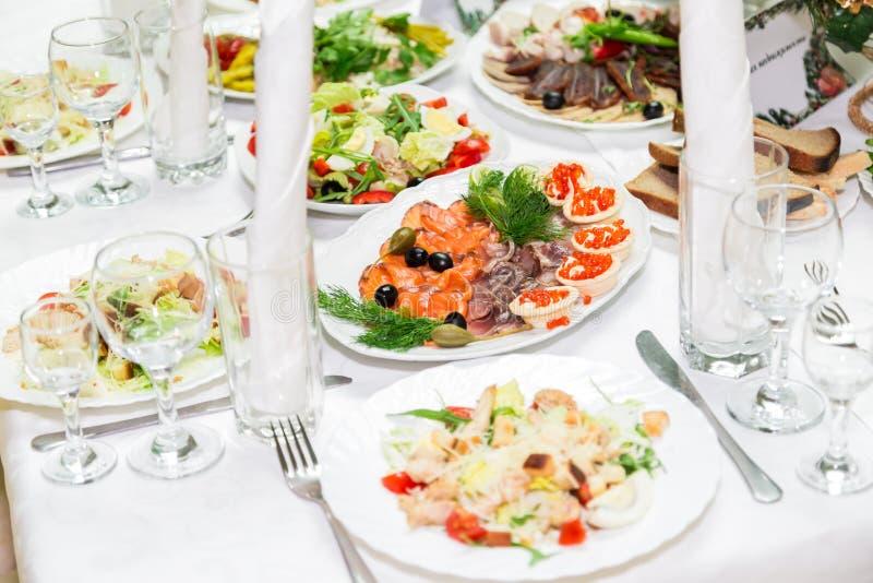 Spuntini e squisitezze alla tavola di banchetto approvvigionamento Celebrazione o nozze buffet fotografia stock