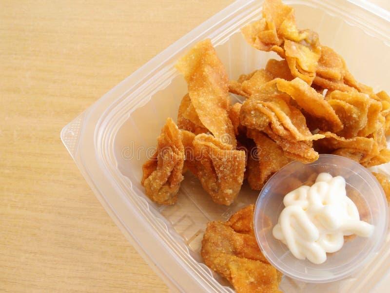 Spuntini fritti nel grasso bollente della polpetta - stile asiatico immagini stock libere da diritti