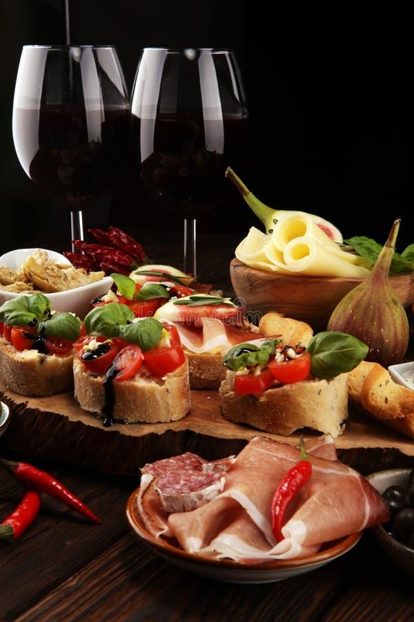 Spuntini italiani del vino dei antipasti messi Varietà del formaggio, olive Mediterranee, sottaceti, Di Parma, pomodori, carciofi immagini stock