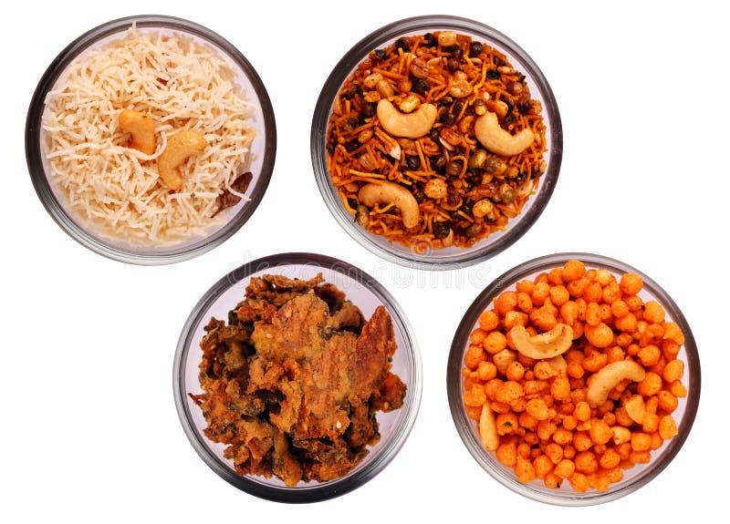 Spuntini salati e piccanti indiani tradizionali in ciotole fotografie stock libere da diritti