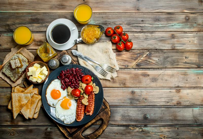 spuntini tradizionali della prima colazione inglese con caffè fresco fotografia stock