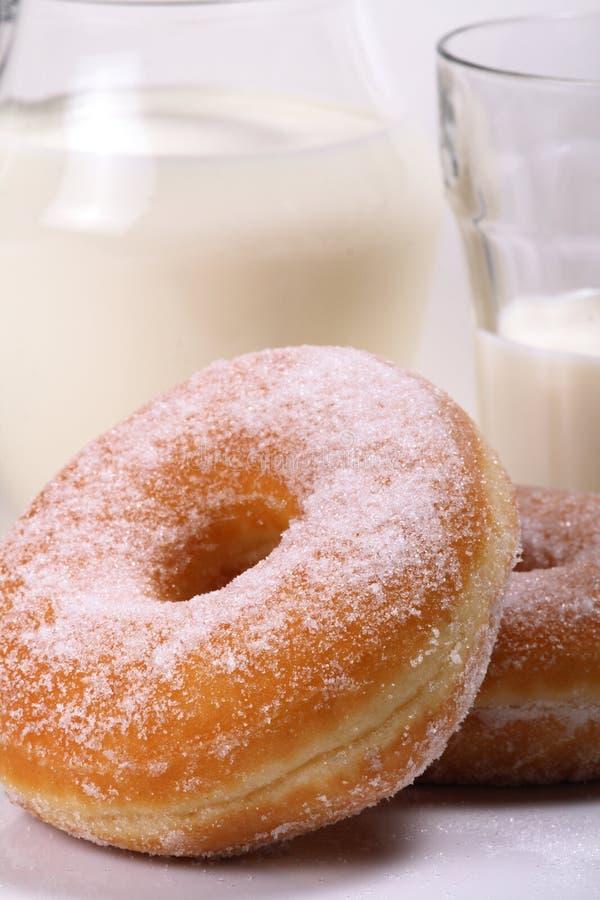 Spuntino, ciambelle e latte fotografie stock