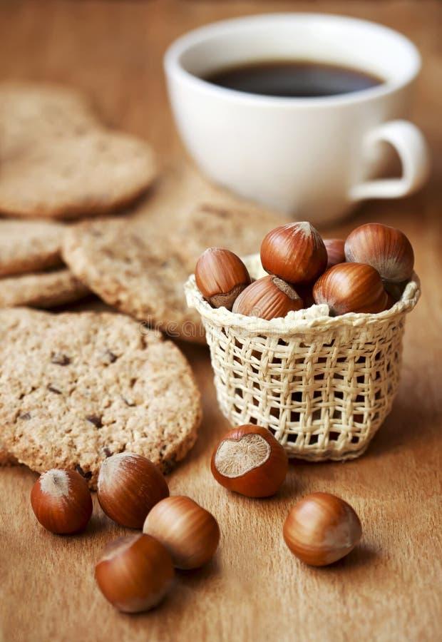 Spuntino con il biscotto della nocciola e una tazza di caffè fotografie stock libere da diritti