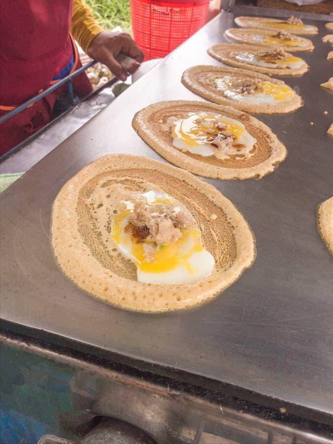Spuntino di Tokyo L'uovo ed il pollo con la salsiccia si sono conclusi con farina fotografie stock libere da diritti