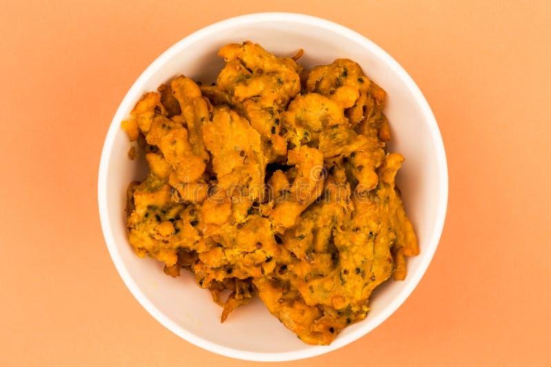 Spuntino indiano di stile di Fried Onion Bhajis immagini stock