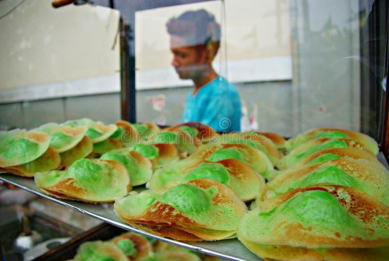 Spuntino o kueh indonesiano tradizionale che vende sulla via di Jakarta immagini stock libere da diritti