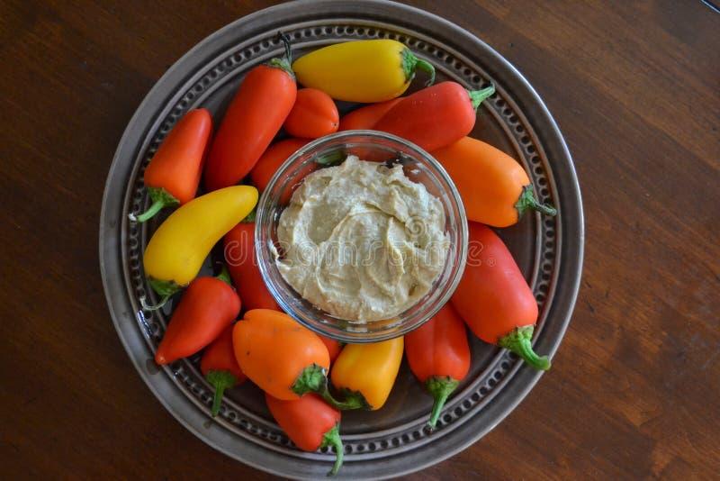 Spuntino sano con i peperoni ed il hummus fotografia stock libera da diritti
