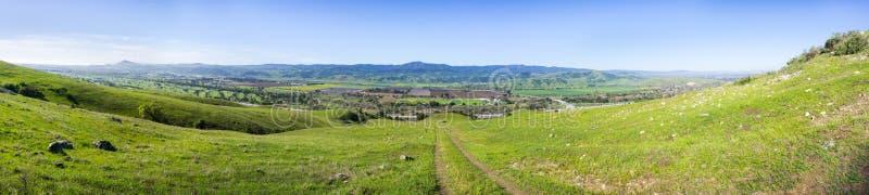 Spur durch die fruchtbaren Hügel Süd-San- Francisco Baybereichs, Panoramablick in Richtung zum Kojote-Tal, Santa Cruz-Berge in lizenzfreies stockfoto