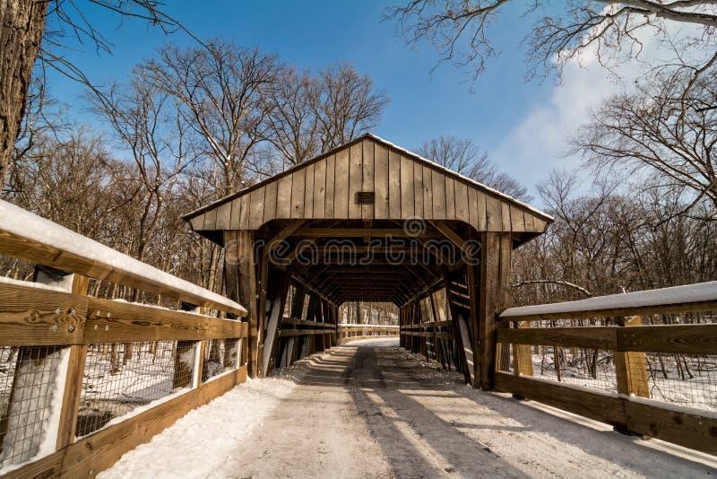 Spur Snowy-überdachter Brücke lizenzfreies stockbild
