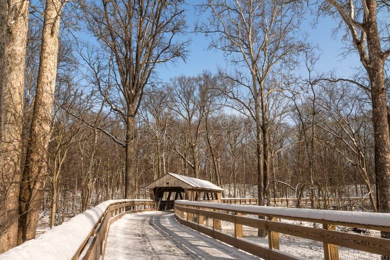 Spur Snowy-überdachter Brücke stockfoto