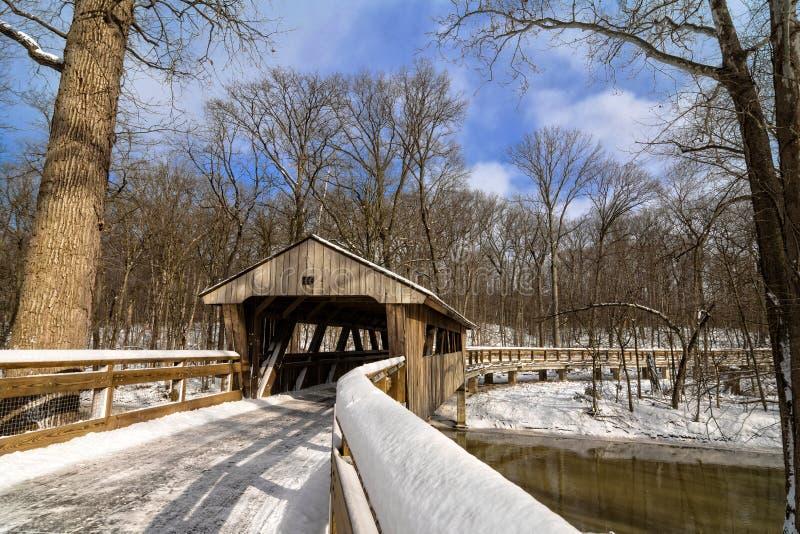Spur Snowy-überdachter Brücke lizenzfreies stockfoto
