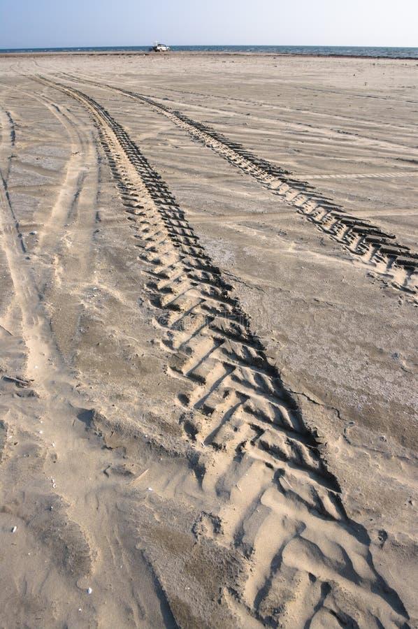 Spuren Vom Gummireifen Auf Sand Lizenzfreies Stockbild