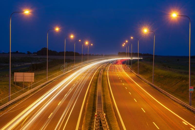 Spuren von Lichtern auf der Nachtlandstraße stockfoto