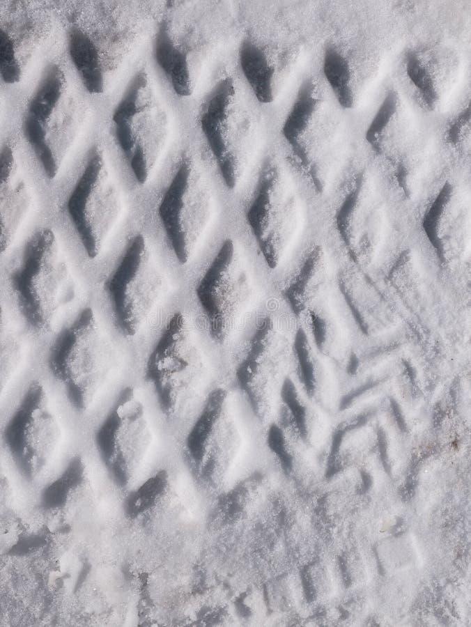 Spuren von Reifen auf dem Schnee Beschaffenheit, schneebedeckter Oberflächenhintergrund lizenzfreie stockfotografie