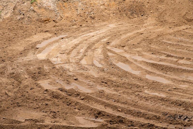 Spuren von SchrittBaugeräten auf dem Sand Hintergrund in der Unsch?rfe stockfotografie