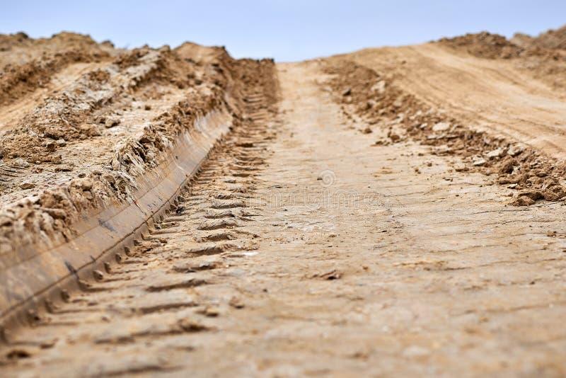Spurweiten auf dem Boden Reifenbahnen auf schlammiger Straße lizenzfreie stockbilder