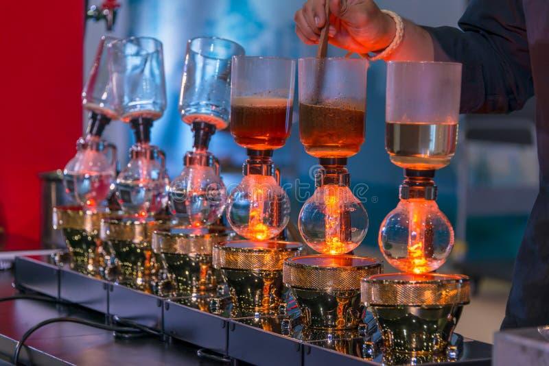 Spuszcza cacuum kawowego producenta ostrzarza z kapinosa piwowarstwo filtrującym kawowym narządzaniem w sklepie z kawą obraz royalty free
