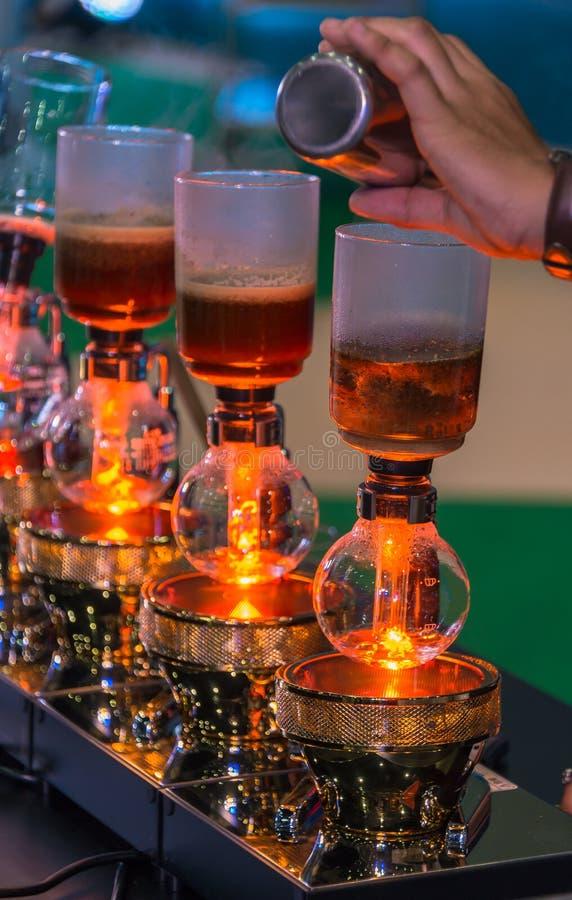 Spuszcza cacuum kawowego producenta ostrzarza z kapinosa piwowarstwo filtrującym kawowym narządzaniem w sklepie z kawą zdjęcie stock
