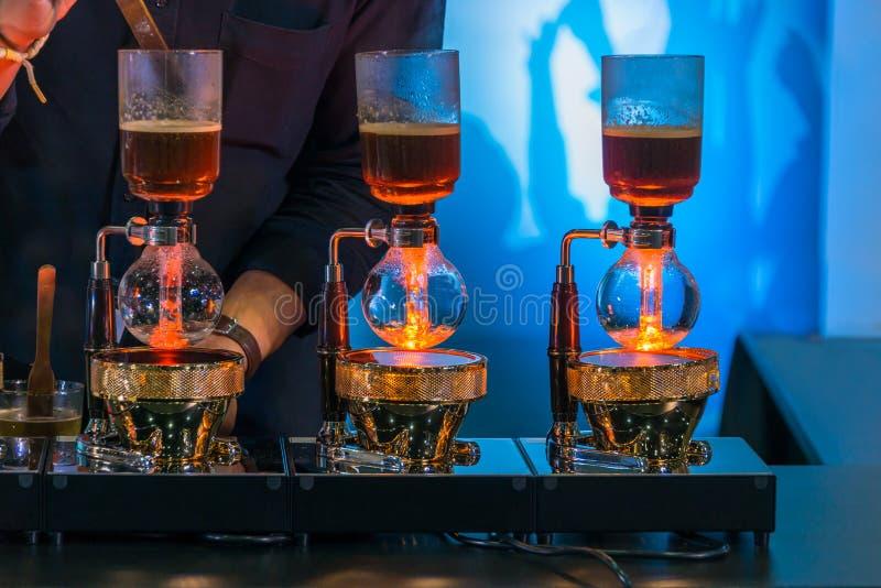 Spuszcza cacuum kawowego producenta ostrzarza z kapinosa piwowarstwo filtrującym kawowym narządzaniem w sklepie z kawą obraz stock