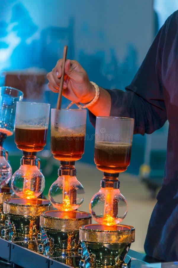 Spuszcza cacuum kawowego producenta ostrzarza z kapinosa piwowarstwo filtrującym kawowym narządzaniem w sklepie z kawą fotografia stock
