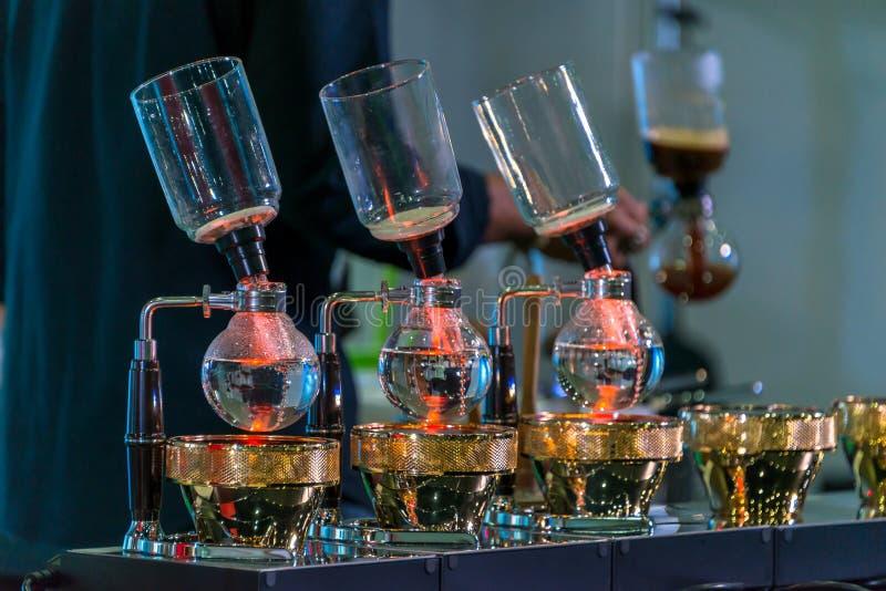 Spuszcza cacuum kawowego producenta ostrzarza z kapinosa piwowarstwo filtrującym kawowym narządzaniem w sklepie z kawą zdjęcia stock