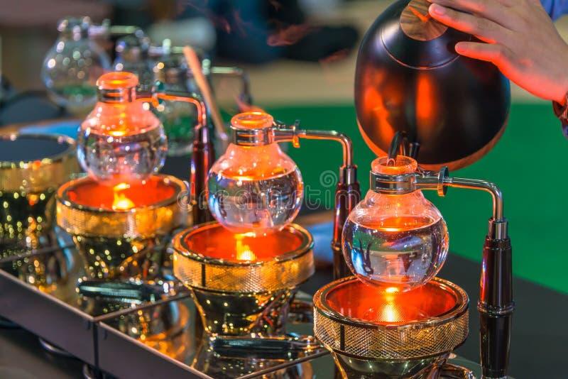 Spuszcza cacuum kawowego producenta ostrzarza z kapinosa piwowarstwo filtrującym kawowym narządzaniem w sklepie z kawą zdjęcie royalty free