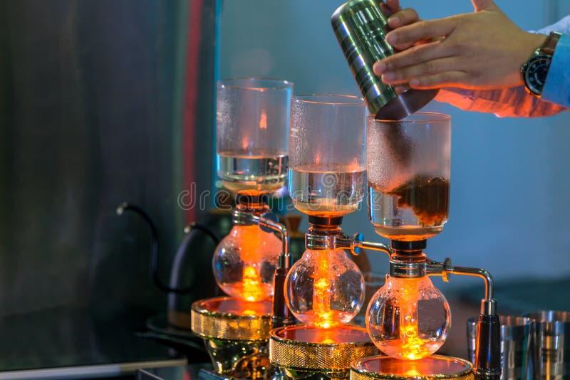 Spuszcza cacuum kawowego producenta ostrzarza z kapinosa piwowarstwo filtrującym kawowym narządzaniem w sklepie z kawą obrazy stock
