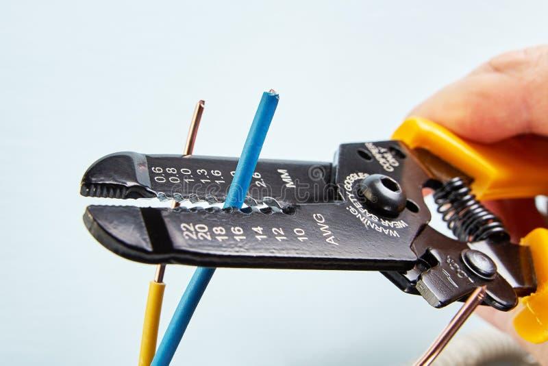 Spychacza narzędzie ciie druty podczas instalacji elektryczny wirin zdjęcie stock