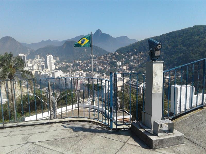 Spyglass, βραζιλιάνικη σημαία και Copacabana προβάλλουν Duque de Caxias Fort Leme Rio de Janeiro Βραζιλία Οριζόντιο στοκ εικόνα