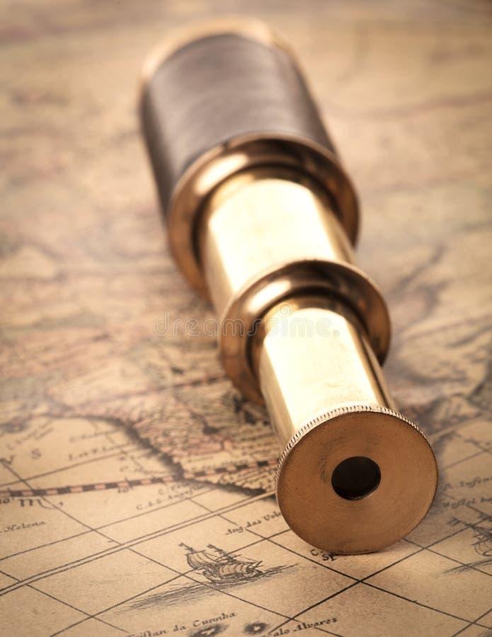 Spyglass na antykwarskiej mapie zdjęcie royalty free