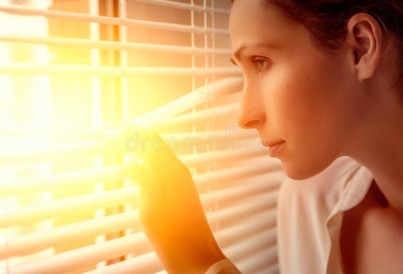 Spyware businessperson op venster stock foto