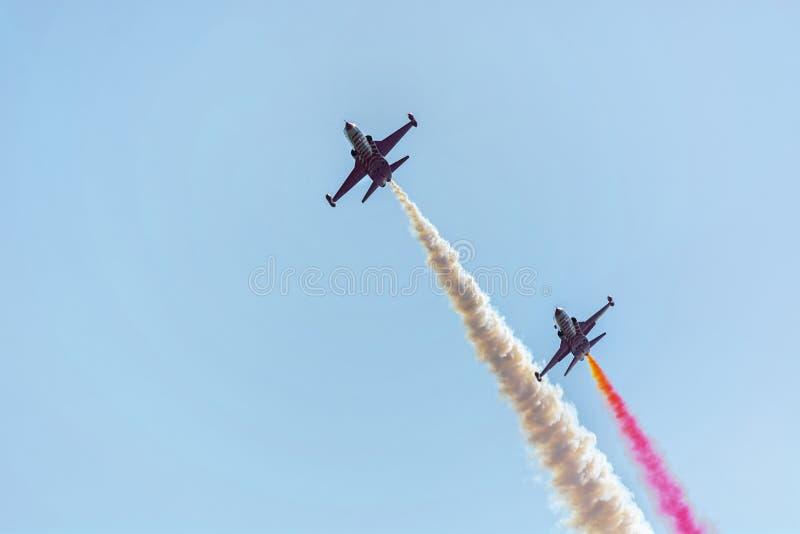 Squadra Aerobatic a airshow Il gruppo acrobatici esegue il volo allo show aereo fotografie stock libere da diritti