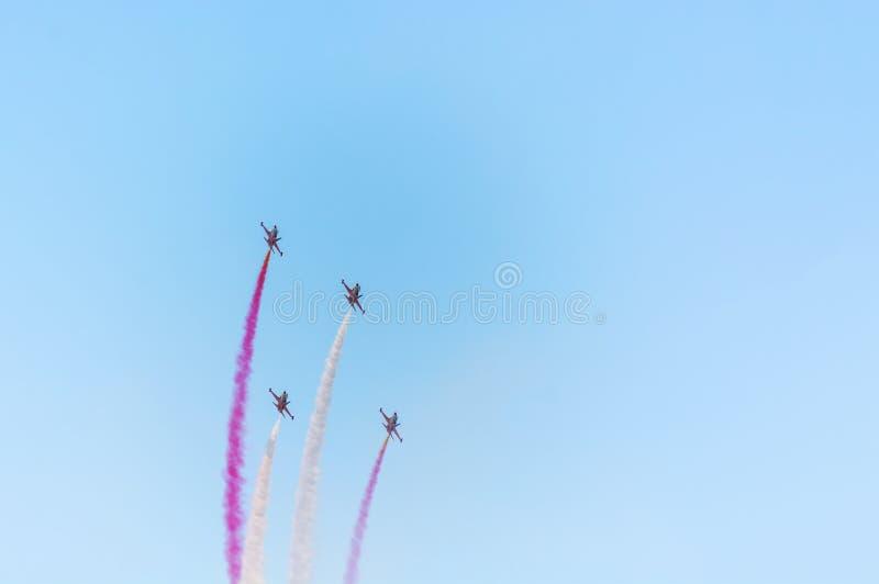 Squadra Aerobatic a airshow Il gruppo acrobatici esegue il volo allo show aereo fotografia stock