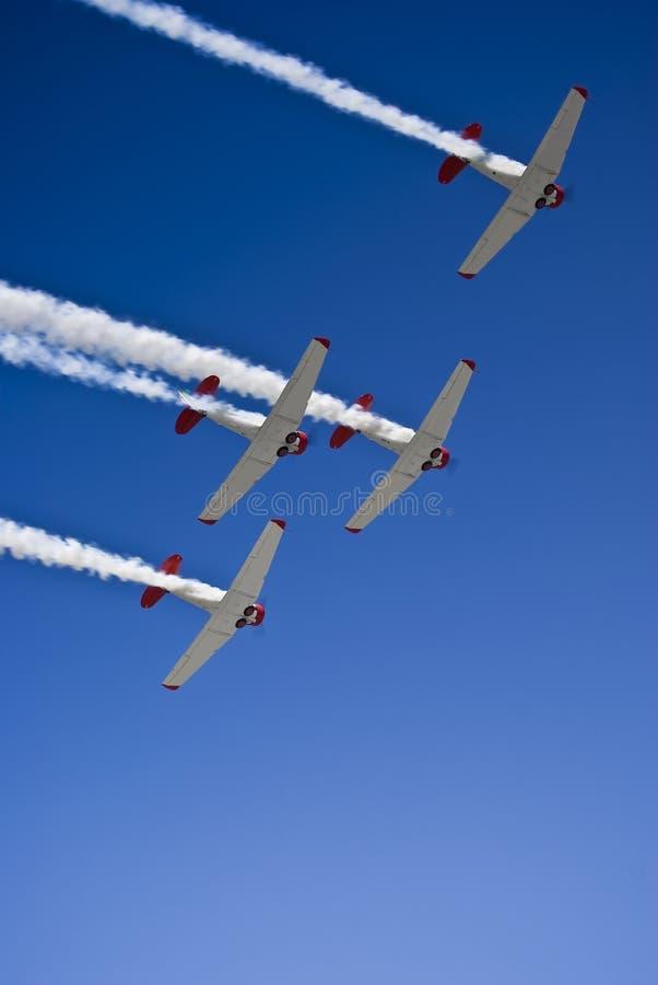 Squadra Aerobatic di Harvard, fumo sopra, Flyover fotografie stock
