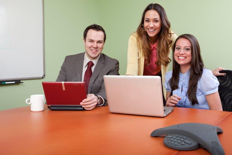 Squadra allegra di affari in una riunione fotografia stock